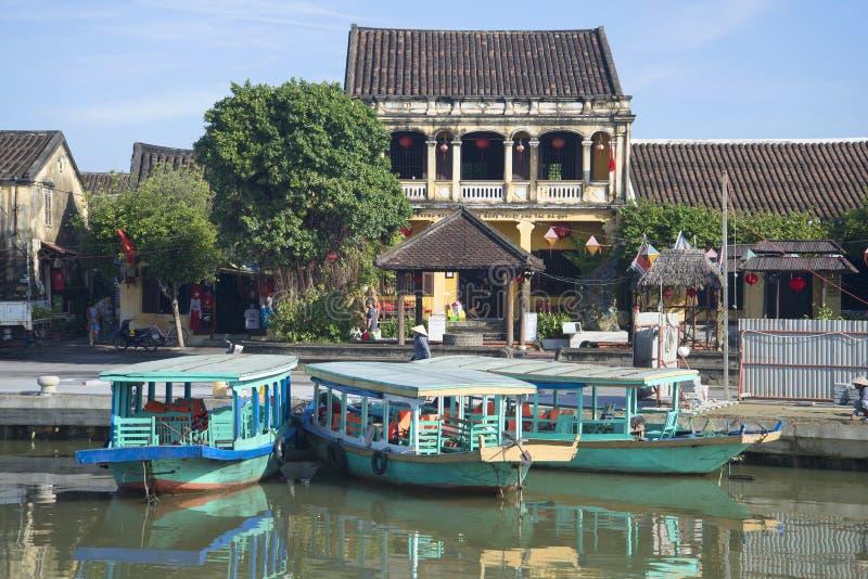Τρεις βάρκες τουριστών στο σκηνικό των αρχαίων κινεζικών σπιτιών hoi Βιετνάμ στοκ φωτογραφία
