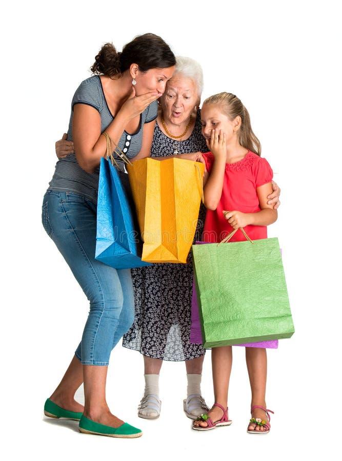 Τρεις γενεές των γυναικών με τις τσάντες αγορών στοκ φωτογραφία με δικαίωμα ελεύθερης χρήσης