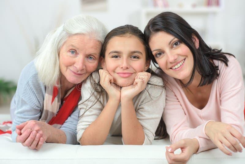 Τρεις γυναίκες γενεάς στον καναπέ στοκ εικόνες