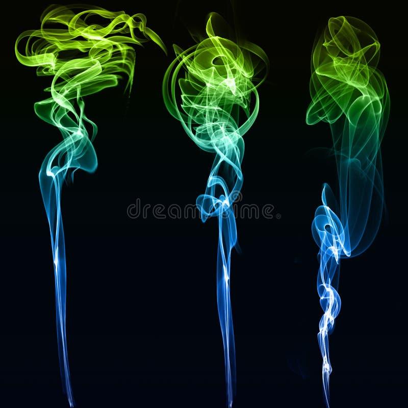 Τρεις διαφορετικοί χρωματισμένοι καπνοί στο μαύρο υπόβαθρο στοκ φωτογραφία με δικαίωμα ελεύθερης χρήσης