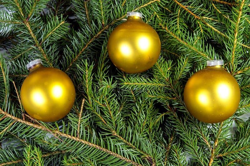 Τρεις κίτρινες σφαίρες Χριστουγέννων στοκ εικόνα με δικαίωμα ελεύθερης χρήσης