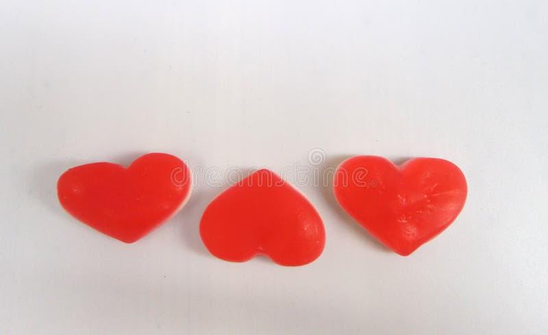 Τρεις καρδιές τριών κόκκινων διαστάσεων σε ένα άσπρο υπόβαθρο στοκ φωτογραφία με δικαίωμα ελεύθερης χρήσης