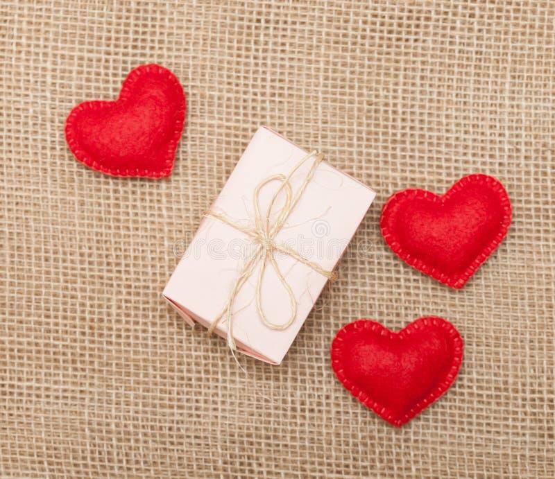 Τρεις καρδιές και ρόδινο κιβώτιο δώρων στοκ φωτογραφίες με δικαίωμα ελεύθερης χρήσης