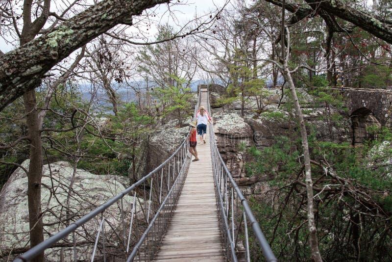 Τρεις καυκάσιες γυναίκες και αδελφές που περπατούν πέρα από μια ταλαντεμένος γέφυρα στοκ φωτογραφία με δικαίωμα ελεύθερης χρήσης