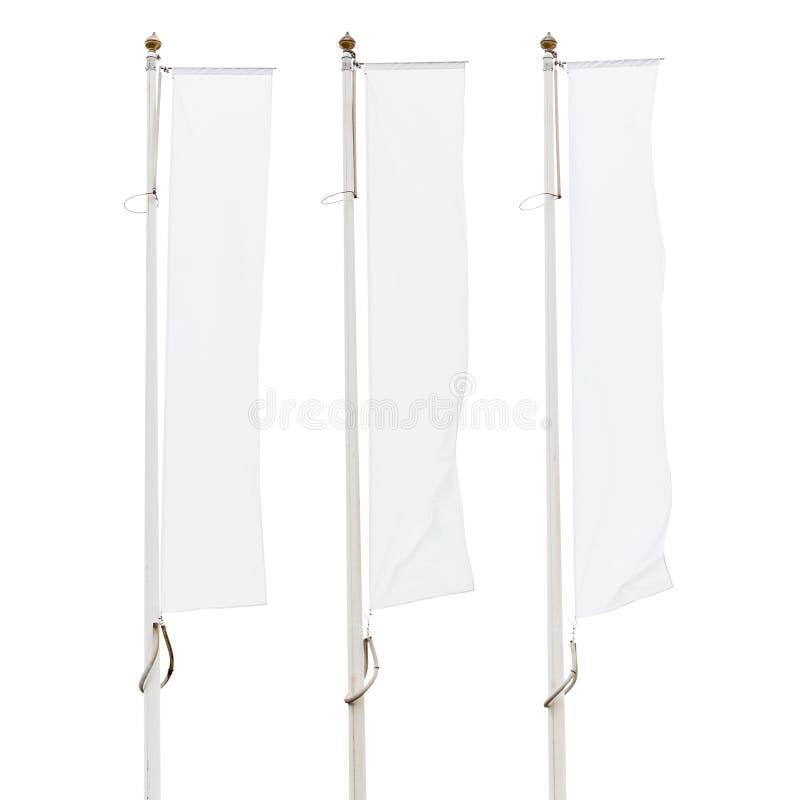 Τρεις κενές άσπρες εταιρικές σημαίες στα κοντάρια σημαίας που απομονώνονται στο άσπρο υπόβαθρο στοκ εικόνα