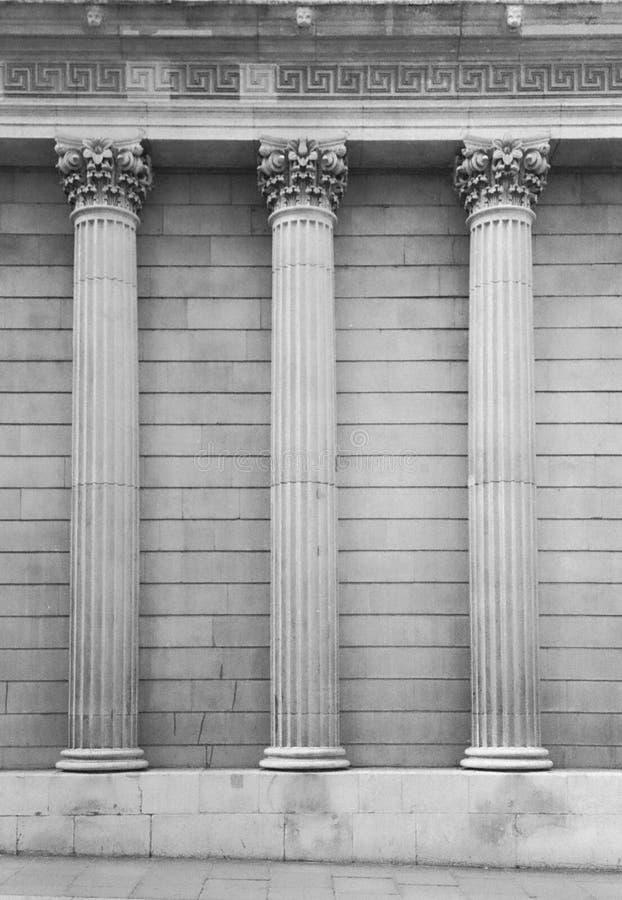 Τρεις κορινθιακές στήλες στο εξωτερικό ενός κτηρίου στοκ φωτογραφίες με δικαίωμα ελεύθερης χρήσης