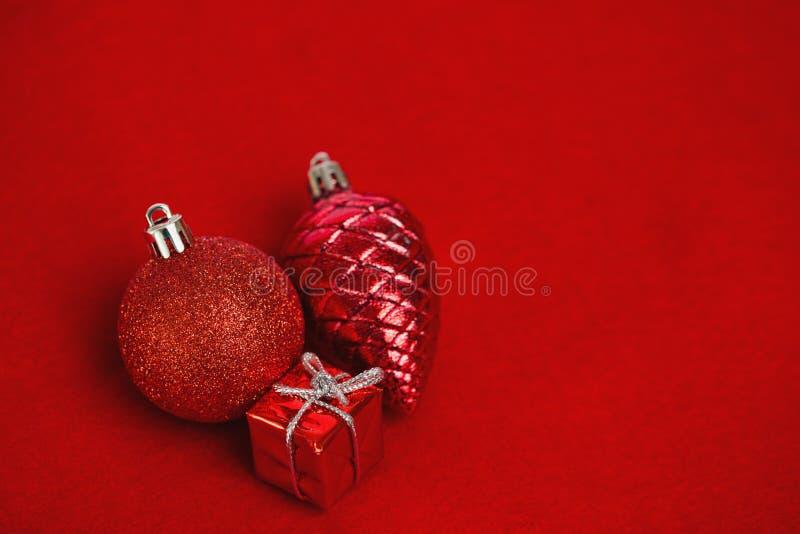 Τρεις κόκκινες διακοσμήσεις διακοσμήσεων Χριστουγέννων στοκ εικόνα