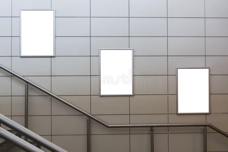 Τρεις μεγάλος κενός πίνακας διαφημίσεων προσανατολισμού κατακορύφου/πορτρέτου με το υπόβαθρο σκαλοπατιών στοκ φωτογραφίες με δικαίωμα ελεύθερης χρήσης