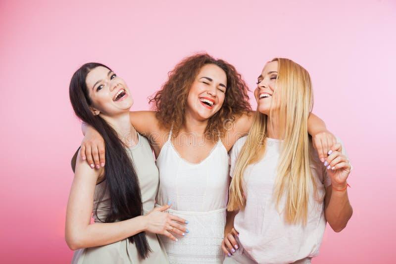 Τρεις νέες γυναίκες που γελούν και που έχουν τη διασκέδαση στοκ φωτογραφία με δικαίωμα ελεύθερης χρήσης