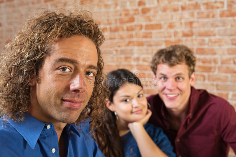 Τρεις νέοι ενήλικοι φίλοι στοκ εικόνες