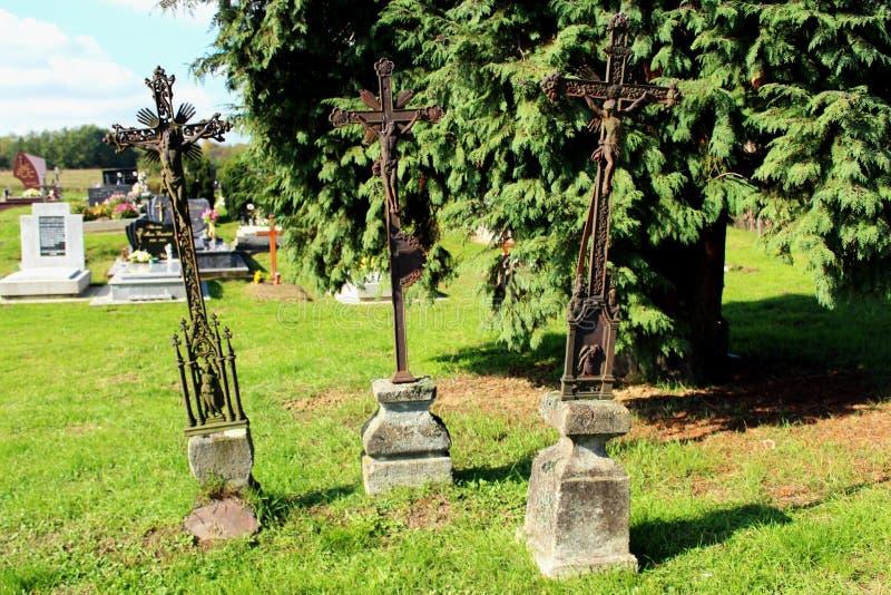 Τρεις παλαιοί χριστιανικοί σταυροί μετάλλων που χρησιμοποιούνται ως ταφόπετρες στοκ εικόνες με δικαίωμα ελεύθερης χρήσης