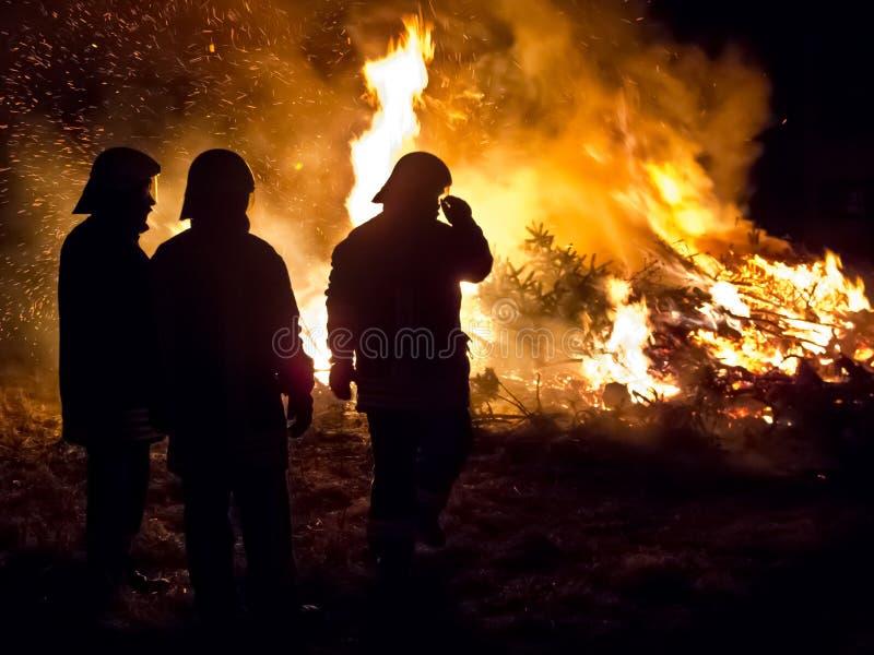 Τρεις πυροσβέστες στοκ εικόνες