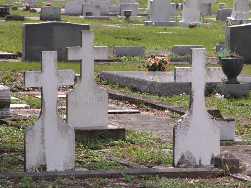 Τρεις σταυροί σε ένα νεκροταφείο στοκ φωτογραφίες