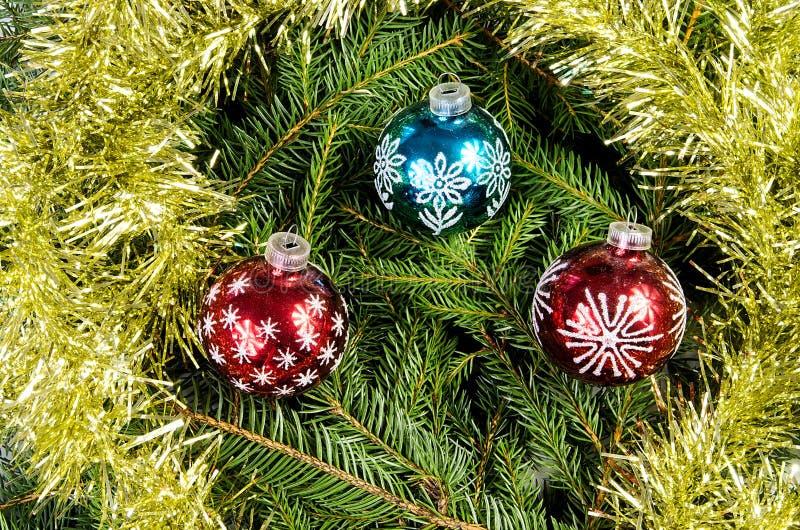Τρεις σφαίρες Χριστουγέννων με τη χρυσή αλυσίδα στοκ εικόνα με δικαίωμα ελεύθερης χρήσης
