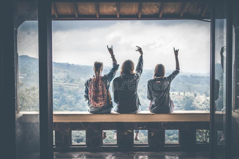 Τρεις τουρίστες στο εγκαταλειμμένο ξενοδοχείο στο Βορρά του νησιού του Μπαλί, Ινδονησία στοκ φωτογραφίες