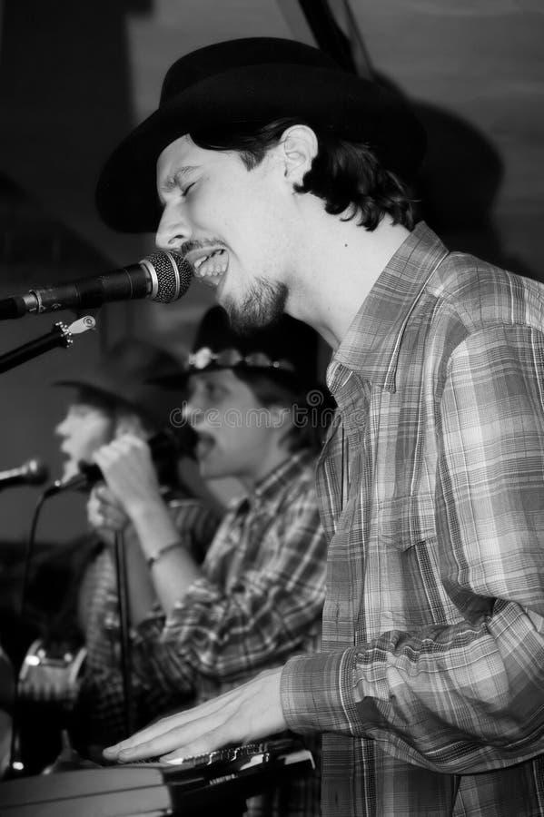 Τρεις τραγουδιστές με το μικρόφωνο στοκ φωτογραφία
