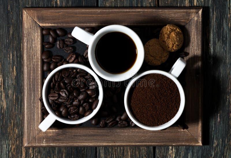 Τρεις τύποι καφέ - που αλέθονται, σιταριού, ποτών και μπισκότων στοκ φωτογραφία με δικαίωμα ελεύθερης χρήσης