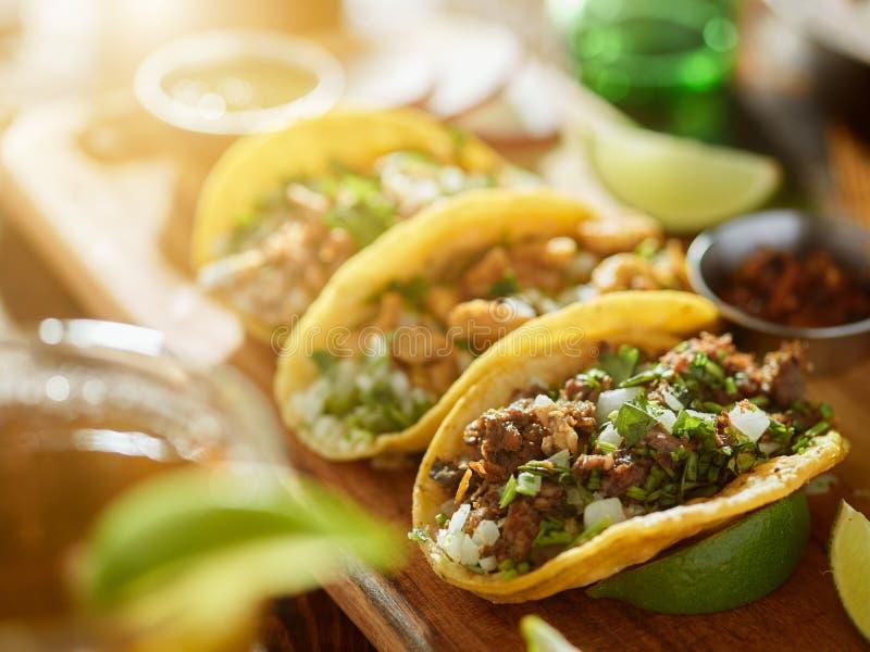 Τρεις τύποι μεξικάνικων tacos οδών με το barbacoa, τα carnitas και Chicharrà ³ ν στοκ εικόνα με δικαίωμα ελεύθερης χρήσης