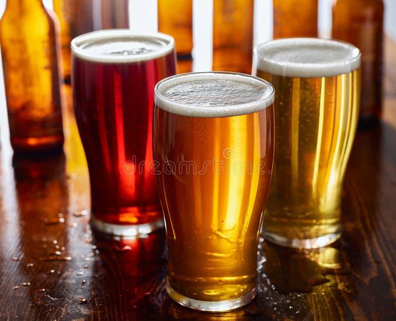 Τρεις τύποι μπύρας, κόκκινης αγγλικής μπύρας, των IPA, και δυνατών μπυρών στοκ εικόνες