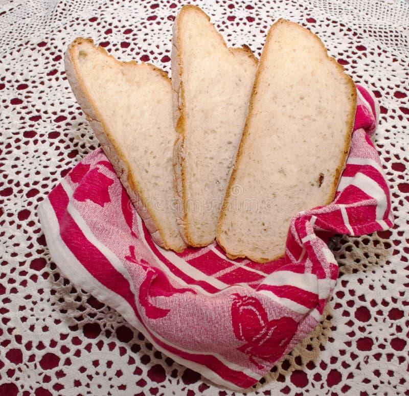 Τρεις φέτες του ψωμιού σε ένα καλάθι με ένα κόκκινο ύφασμα στοκ εικόνες με δικαίωμα ελεύθερης χρήσης