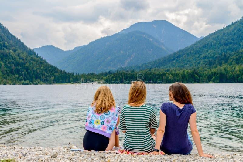 Τρεις φίλοι και μια λίμνη στοκ εικόνες