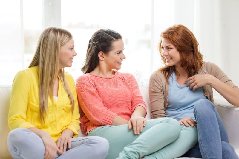Τρεις φίλες που διοργανώνουν μια συζήτηση στο σπίτι στοκ εικόνα με δικαίωμα ελεύθερης χρήσης