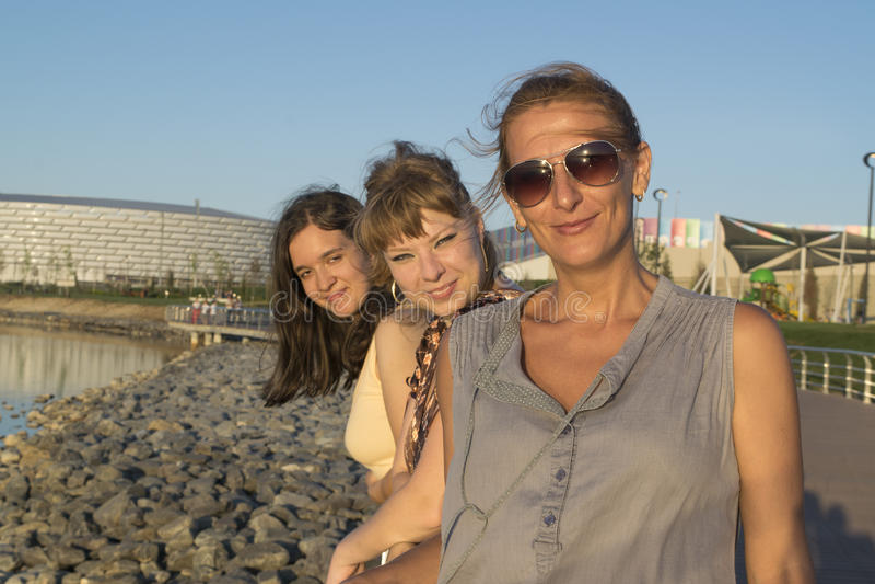 Τρεις φίλες στο πάρκο στοκ εικόνα με δικαίωμα ελεύθερης χρήσης