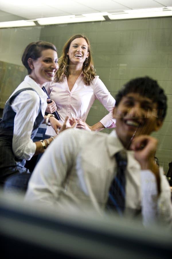 Τρεις φοιτητές πανεπιστημίου που κρεμούν έξω στην τάξη στοκ εικόνα