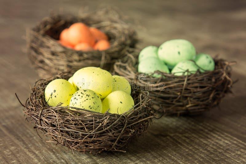 Τρεις φωλιές με τα διακοσμητικά αυγά στοκ φωτογραφία με δικαίωμα ελεύθερης χρήσης