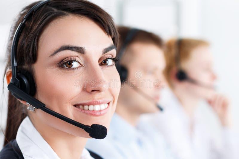 Τρεις χειριστές υπηρεσιών τηλεφωνικών κέντρων στην εργασία στοκ εικόνες