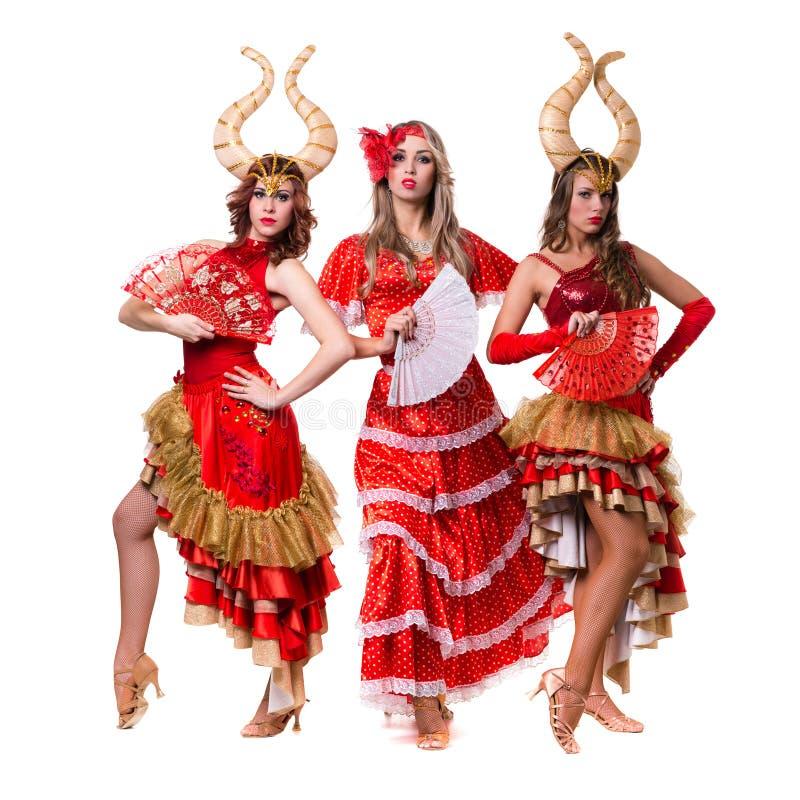 Τρεις χορευτές γυναικών με τα κέρατα η ανασκόπηση απομόνωσε το λευκό στοκ εικόνες