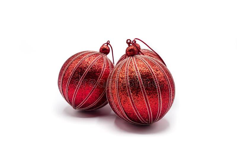 Τρεις χρυσές ριγωτές κόκκινες σφαίρες για τη διακόσμηση χριστουγεννιάτικων δέντρων στοκ φωτογραφία με δικαίωμα ελεύθερης χρήσης