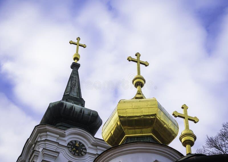 Τρεις χρυσοί σταυροί σε μια Ορθόδοξη Εκκλησία ενάντια στο μπλε ουρανό στοκ εικόνες