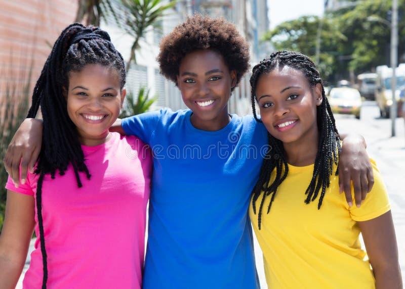 Τρεις όμορφες φίλες αφροαμερικάνων στην πόλη στοκ εικόνες