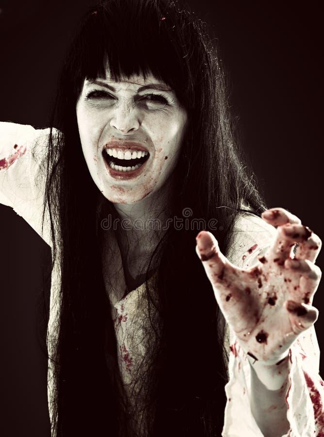 Τρελλές αιματηρές τρομακτικές κραυγές γυναικών zombie στη κάμερα στοκ φωτογραφία με δικαίωμα ελεύθερης χρήσης