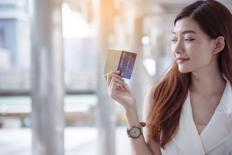 Τρελλές shopaholic τσάντες αγορών εκμετάλλευσης γυναικών, χρήματα, πρόσωπο πιστωτικών καρτών στις λεωφόρους αγορών Μοντέρνος σε α στοκ εικόνα