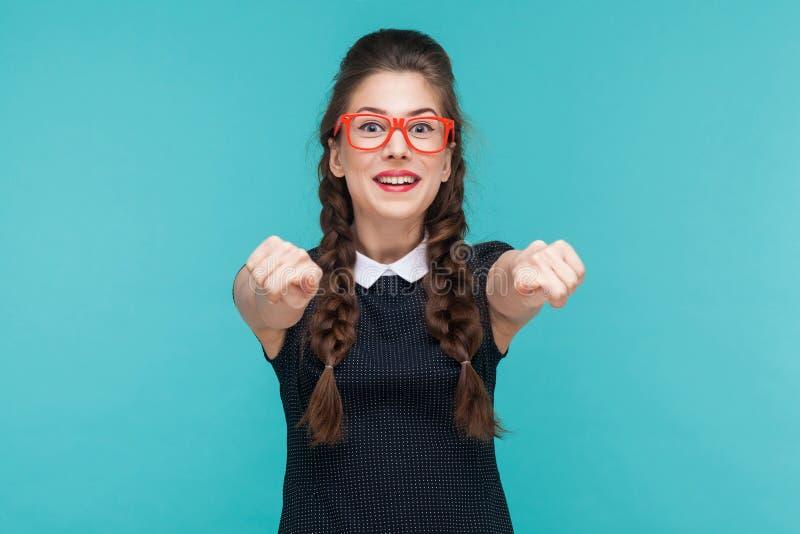 Τρελλή γυναίκα που δείχνει το δάχτυλο στο χαμόγελο καμερών και δοντιών στοκ φωτογραφίες με δικαίωμα ελεύθερης χρήσης