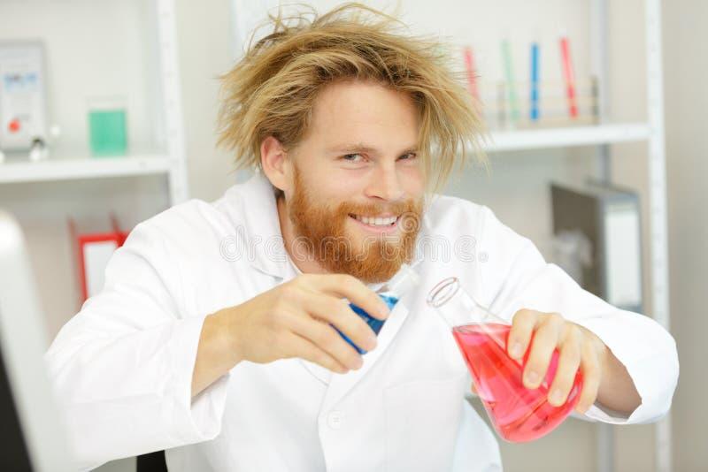 Τρελλός επιστήμονας που κάνει τις χημικές ουσίες μιγμάτων στοκ εικόνες με δικαίωμα ελεύθερης χρήσης