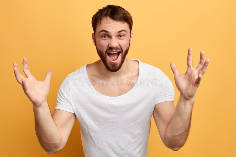 Τρελλό άτομο emtional με τους αυξημένους φοίνικες που φωνάζει στη κάμερα στοκ φωτογραφία με δικαίωμα ελεύθερης χρήσης