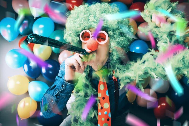 Τρελλό νέο άτομο κόμματος - φωτογραφία θαλάμων φωτογραφιών στοκ εικόνα