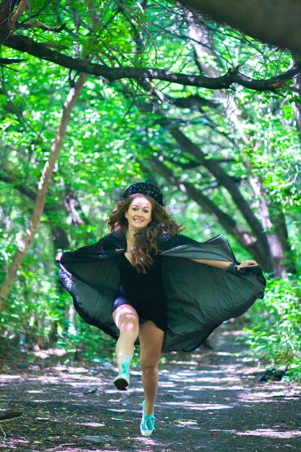 τρεξίματα μαγισσών μέσω του δάσους στοκ εικόνα