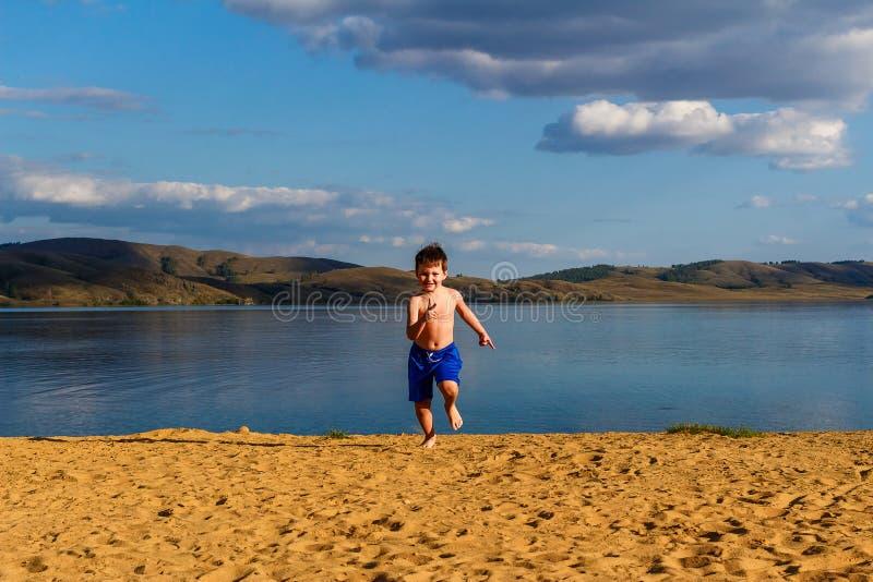 Τρεξίματα μωρών στην άμμο στην παραλία στοκ εικόνες