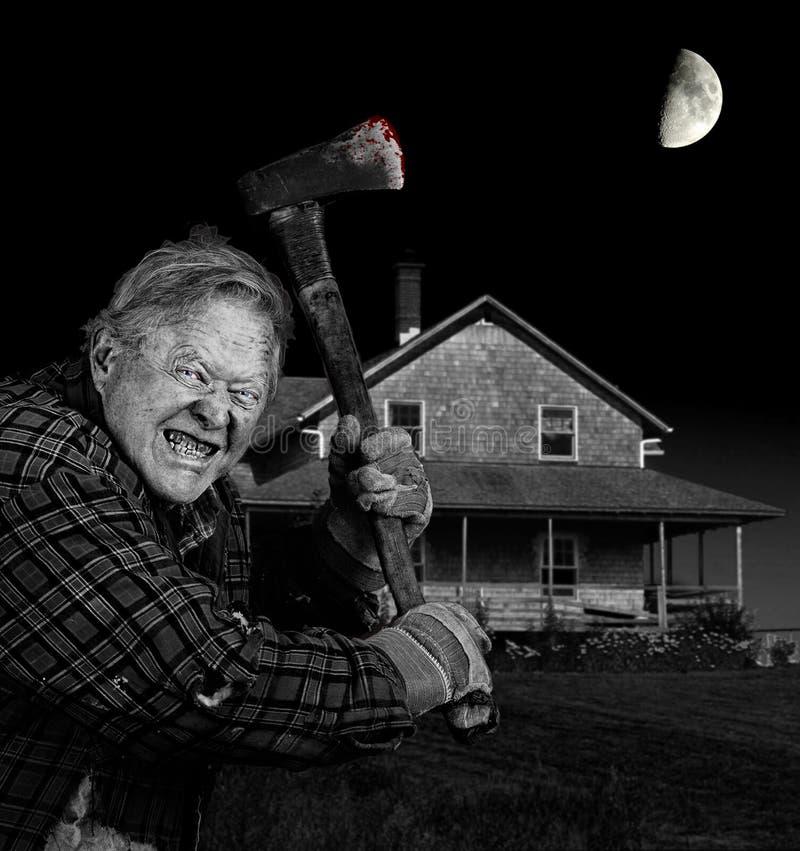 Τρελλό axeman και παλαιό σπίτι βοτσάλων κέδρων στοκ εικόνα