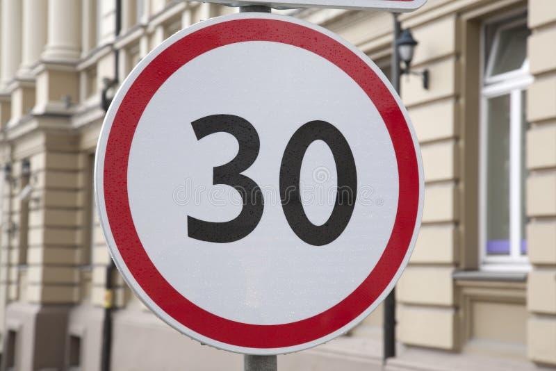 Τριάντα χιλιόμετρο ανά σημάδι ορίου ταχύτητας ώρας στοκ φωτογραφίες με δικαίωμα ελεύθερης χρήσης