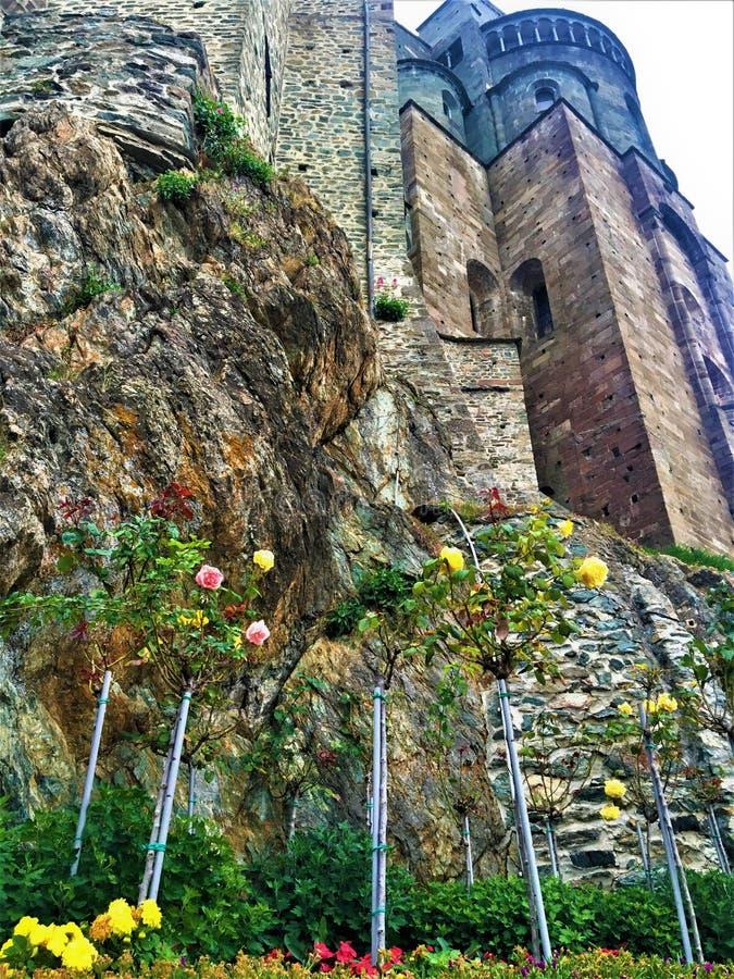 Τριαντάφυλλα, βράχοι και το αβαείο στοκ εικόνα με δικαίωμα ελεύθερης χρήσης