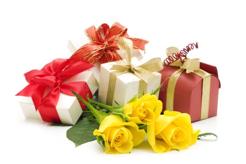 τριαντάφυλλα δώρων κιβωτίων κίτρινα στοκ εικόνα με δικαίωμα ελεύθερης χρήσης