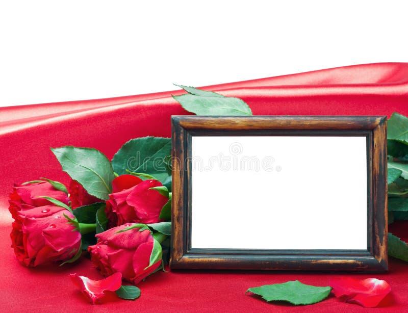 Τριαντάφυλλα ημέρας βαλεντίνου και πλαίσιο φωτογραφιών με το διάστημα για το κείμενο στοκ εικόνα