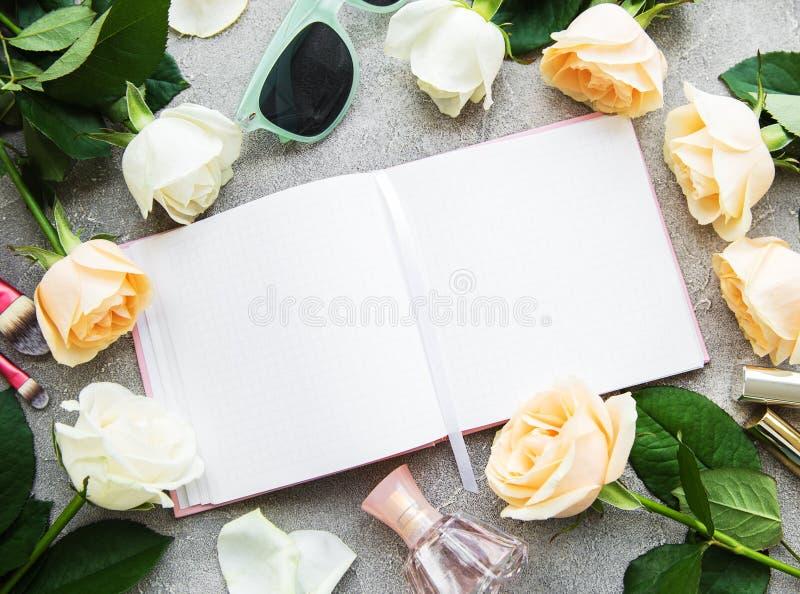 Τριαντάφυλλα και καλλυντικό στοκ εικόνα με δικαίωμα ελεύθερης χρήσης