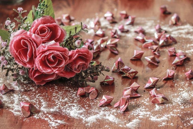 Τριαντάφυλλα και καρδιές εγγράφου στοκ εικόνες