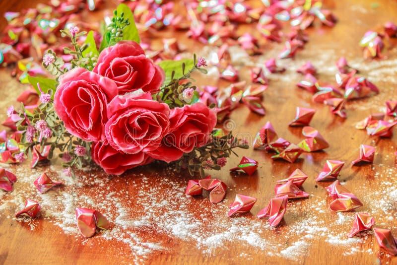 Τριαντάφυλλα και καρδιές εγγράφου στοκ φωτογραφία με δικαίωμα ελεύθερης χρήσης